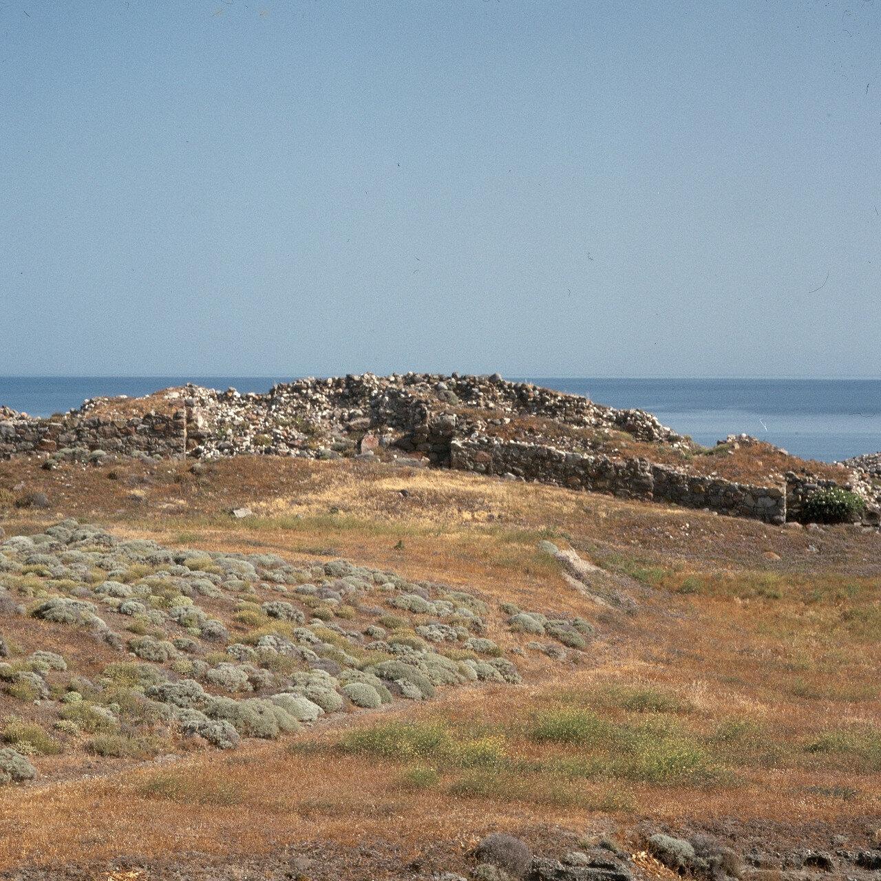 Милос. Филакопи на северо-востоке. Двойные стены над доисторическим городищем