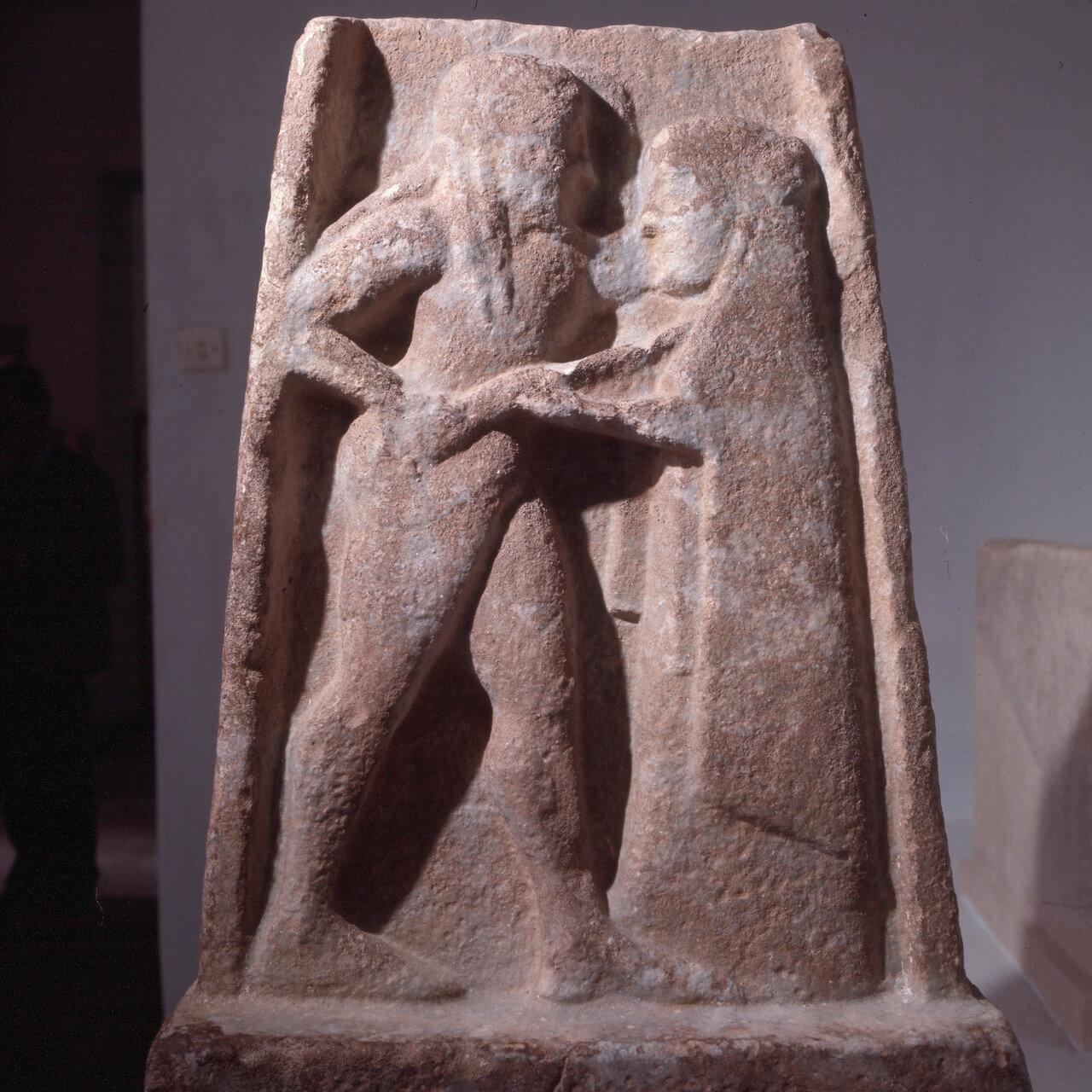 Спарта. Археологический музей. Стела с Менелаем и Еленой. VI  в. до н.э.