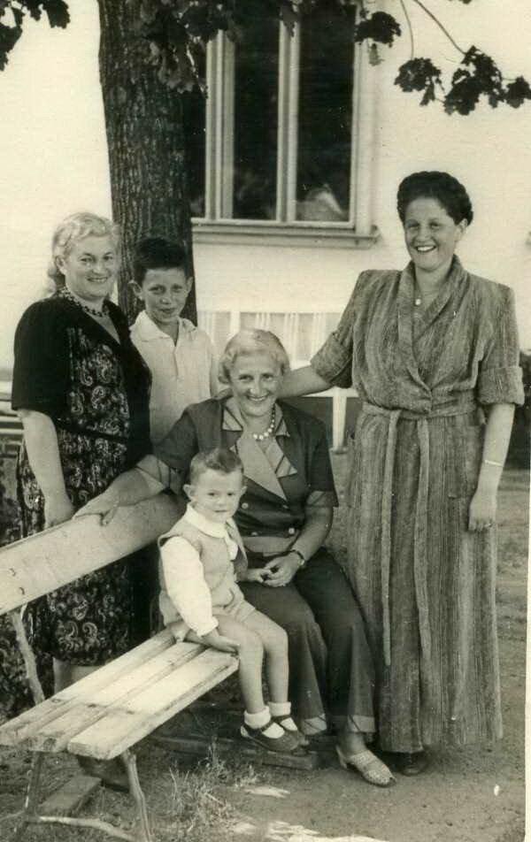 Конец 40--х гг. Слева направо стоят Берта Морозова (Лясс), ее сын Олег Морозов, справа: Тамара - дочь Эстуси. Сидят: Эстуся (Эсфирь Лясс) и Серёжа Колмановский - сын Тамары и Эдуарда Колмановского