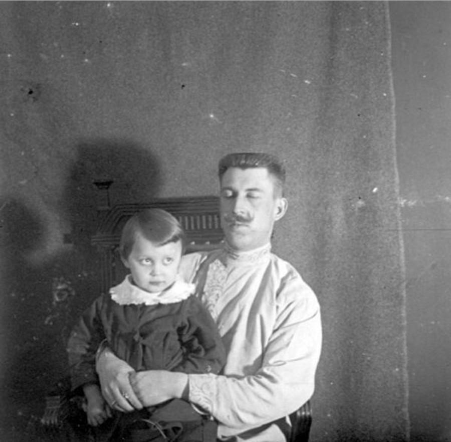 Иван Васильевич Авдонин с ребенком