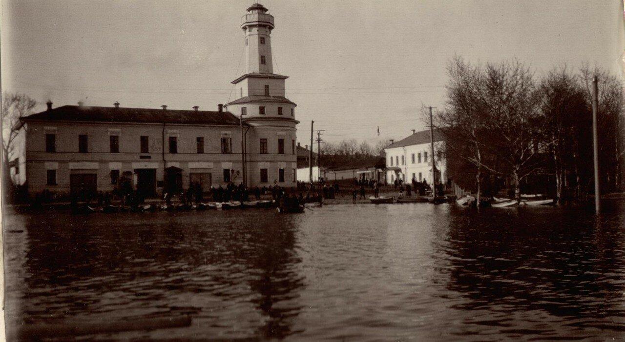 Наводнение в Рыбинске 1915 года.  У пожарной каланчи