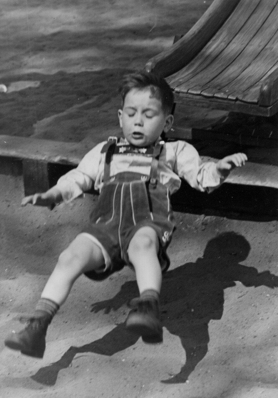 Гамбург. Мальчик скатился с горки на детской площадке
