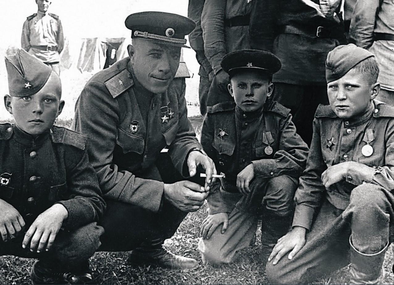 63-я гвардейская Челябинская танковая бригада. Комбриг Михаил Фомичев с воспитанниками бригады