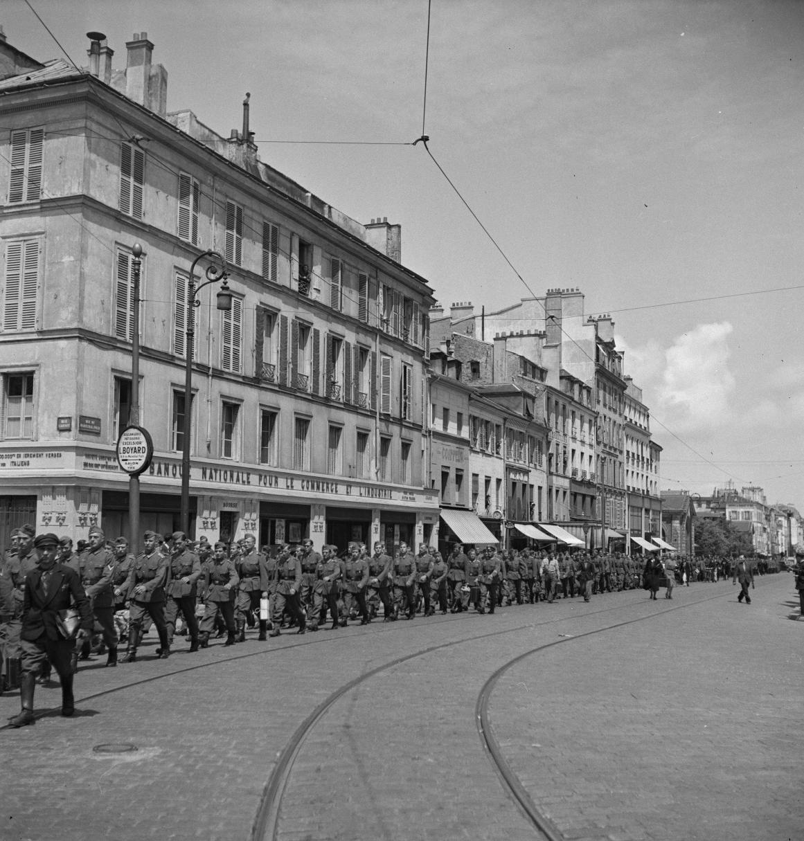 27. Легионеры проходят колонной к вокзалу по городским улицам