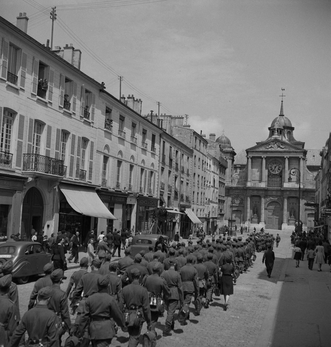 36. Легионеры проходят колонной к вокзалу по городским улицам