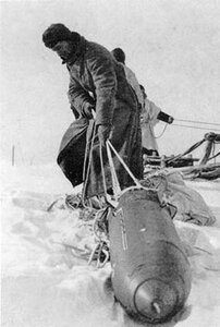 немецкий солдат у контейнера.jpg