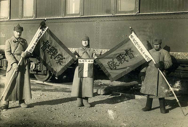 Советские краскомы с трофейными китайскими знамёнами, захваченными в боях на КВЖД 1929-й год.jpg