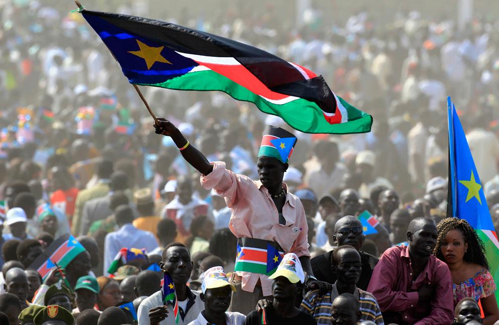 17. Житель Южного Судана с флагом на празднике. (Reuters/Thomas Mukoya)