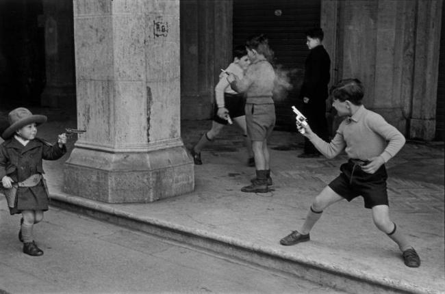 Дети, играющие вковбоев, Рим, 1951