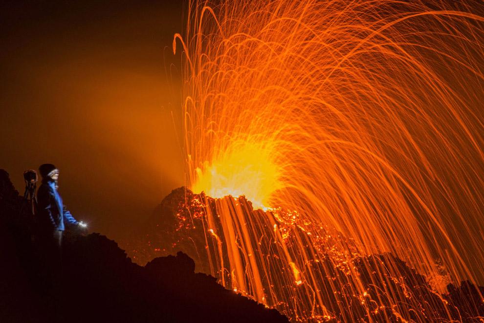 14. Высота вулкана Питон-де-ла-Фурнез — 2631 метр, диаметр Кальдеры — 8 км. Это извержение 17 м