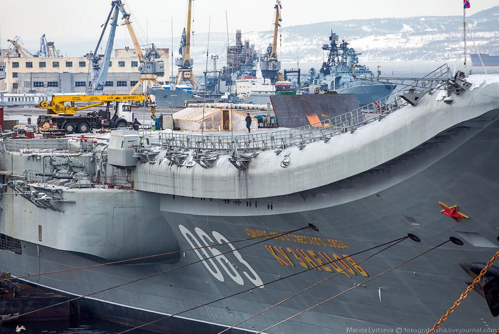 Для подготовки пилотов одновременно со строительством корабля на аэродроме Саки-4 (Крым) был