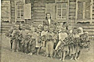 Екатерина Ивановна со своей первой группой. Вторая половина 1940-х годов