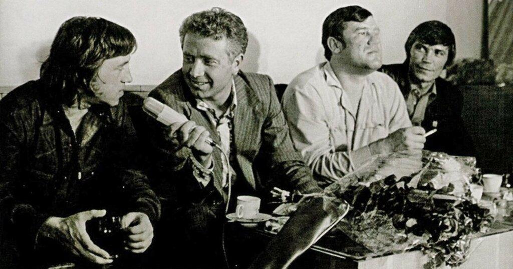 Гастроли Театра на Таганке в Болгарии. София, 5 сентября 1975 года.Владимир Высоцкий и Любен Георгиев, интервью в аэропорту. Фото: Крум Арсов.