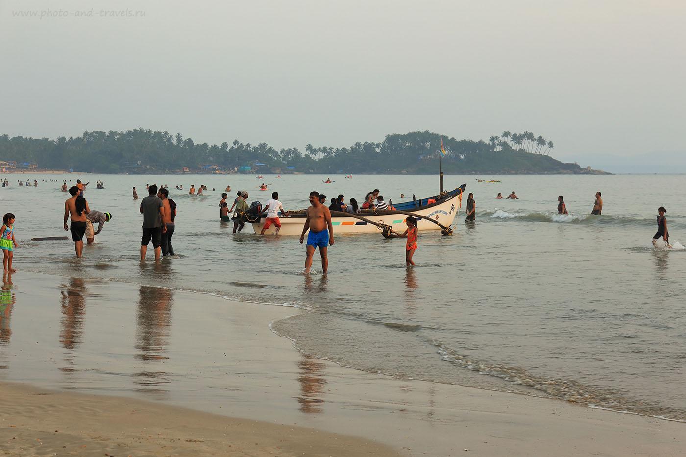 Фото 8. Непривычно видеть индийцев, спокойно купающихся в море. Отчет о самостоятельном отдыхе на Гоа в октябре. В Индии только начинается сезон пляжного отдыха. (24-70, 1/100, 0eV, f8/ 70mm, ISO 100)