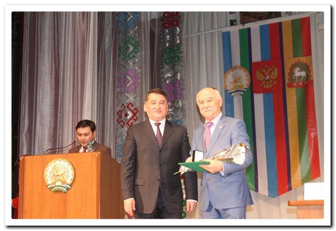 На снимке: Церемония награждения: И.А. Тажитдинов и директор Темясовского ПНИ Х.Х. Аминев (справа).