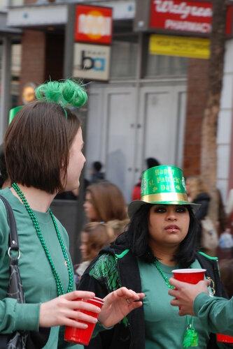 Девочки с бусами, ушками и шляпой