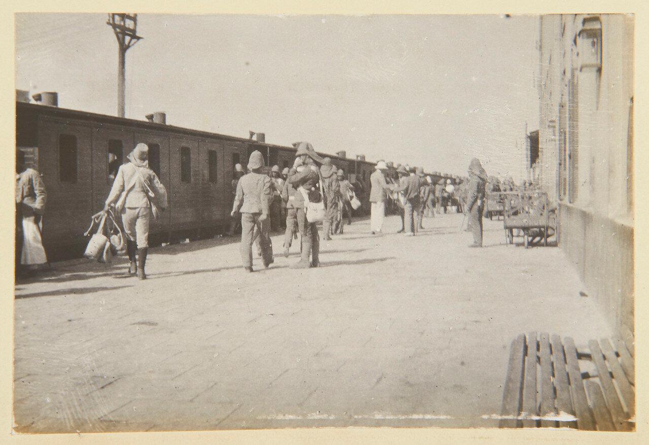 Август 1898. Гвардейский гренадерский полк на железнодорожной станции в Каире