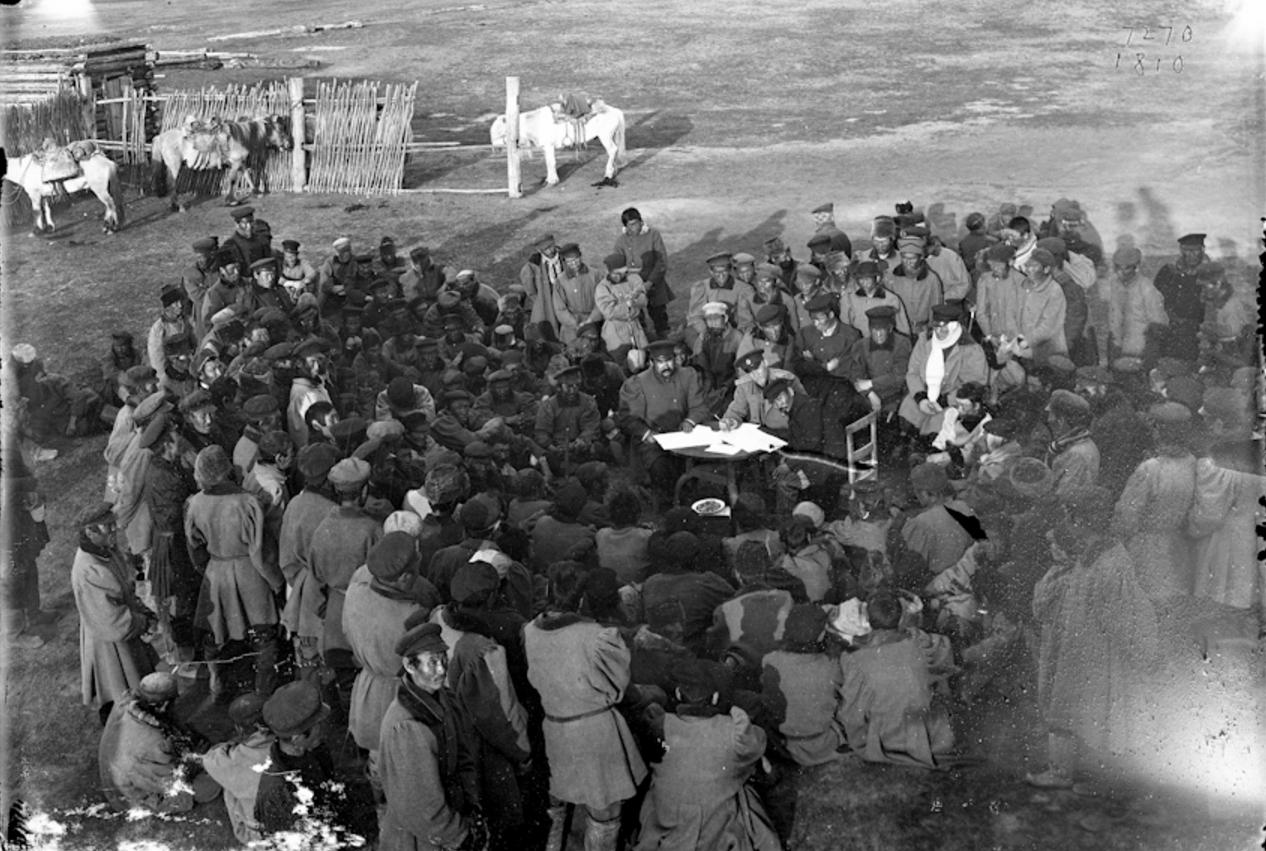 Сход якутов,с русскими официальными лицами за столом в центре, 1902
