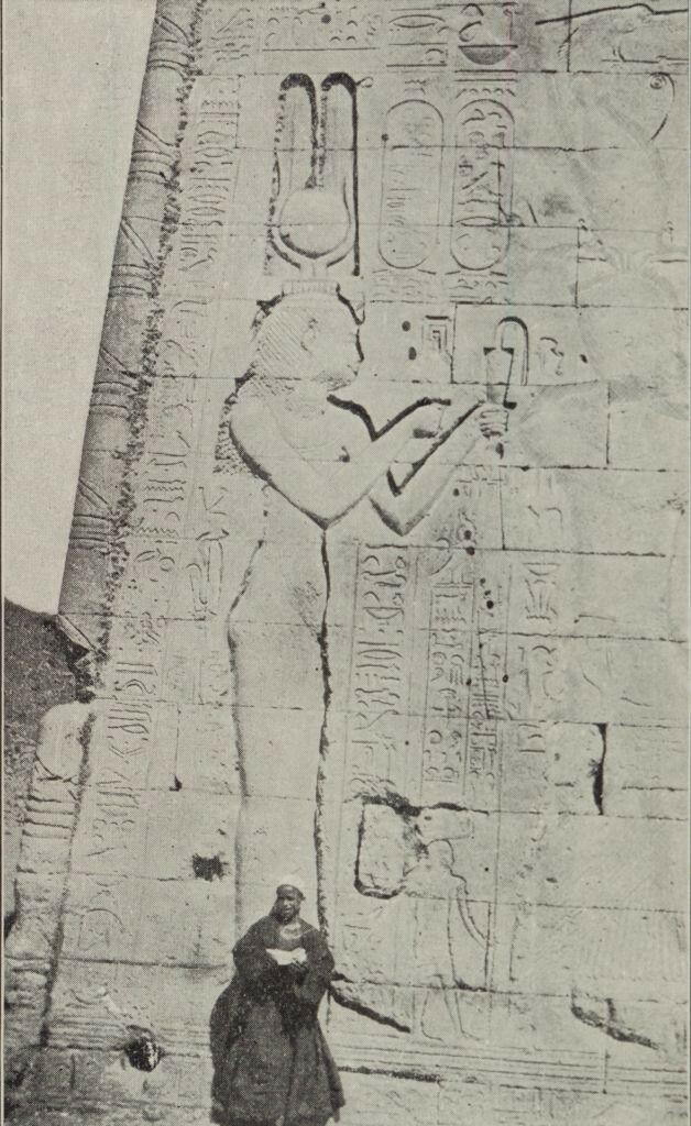 1890-е. Феллах перед рельефом Клеопатры