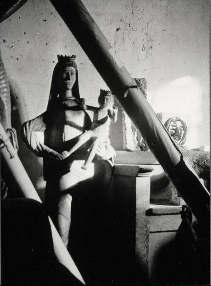 1946. «Каталонская дева» за рулонами холста в углу студии на улице Великих Августинцев
