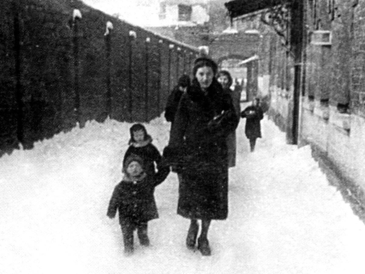 1940. Нина Максимовна Высоцкая с сыном Володей