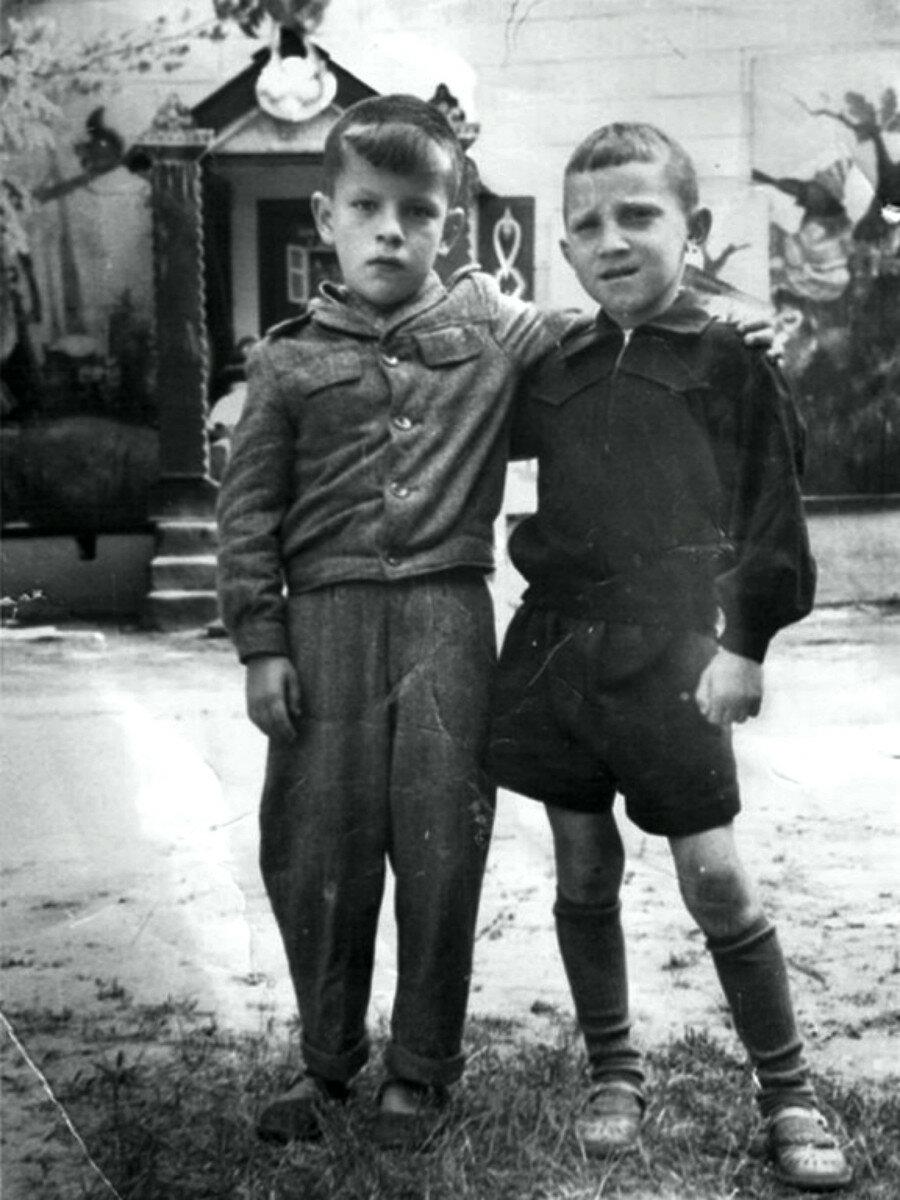 1947. Володя Севрюков и Володя Высоцкий
