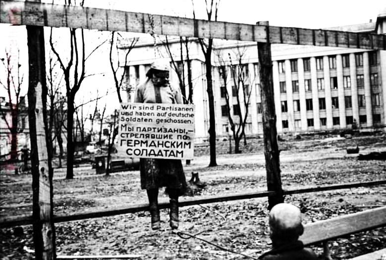 Фотодокумент о зверствах гитлеровских мерзавцев во временно оккупированном городе Минске. Виселица на площади у Минского Дома Красной Армии