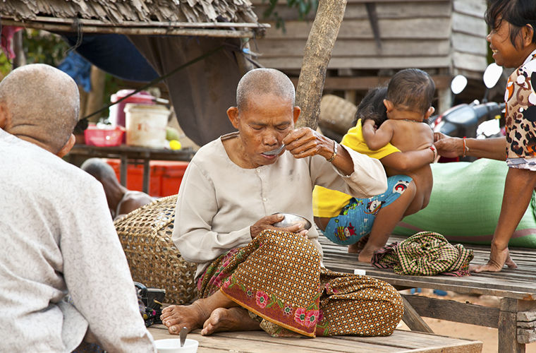 "Ten ""no"" in Cambodia: do not feed beggars, do not roam the forests, do not give money to children ..."