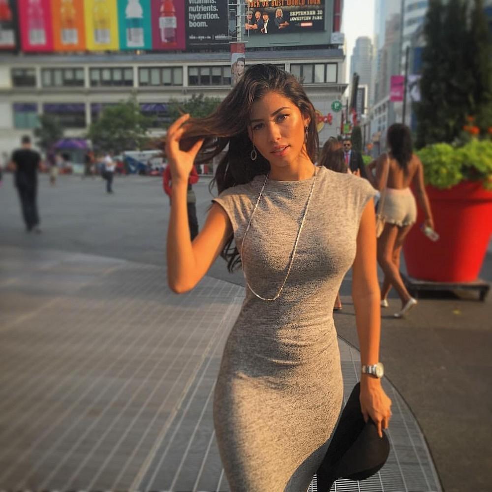 Жена а обтягивающем платье фото
