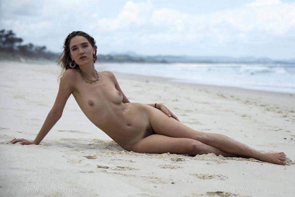 Обнаженная Kora на пляже