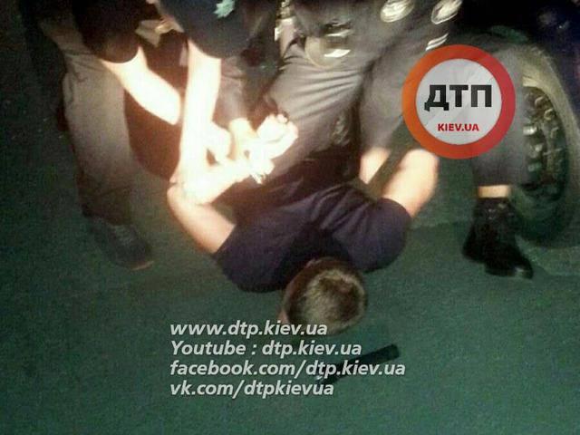 Киевские патрульные задержали пьяного водителя, который ночью разъезжал по встречной без фар. ФОТОрепортаж