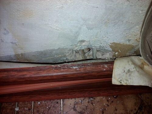 Срочный вызов электрика аварийной службы после отключения электроснабжения части квартиры из-за подгорания скрутки под плинтусом