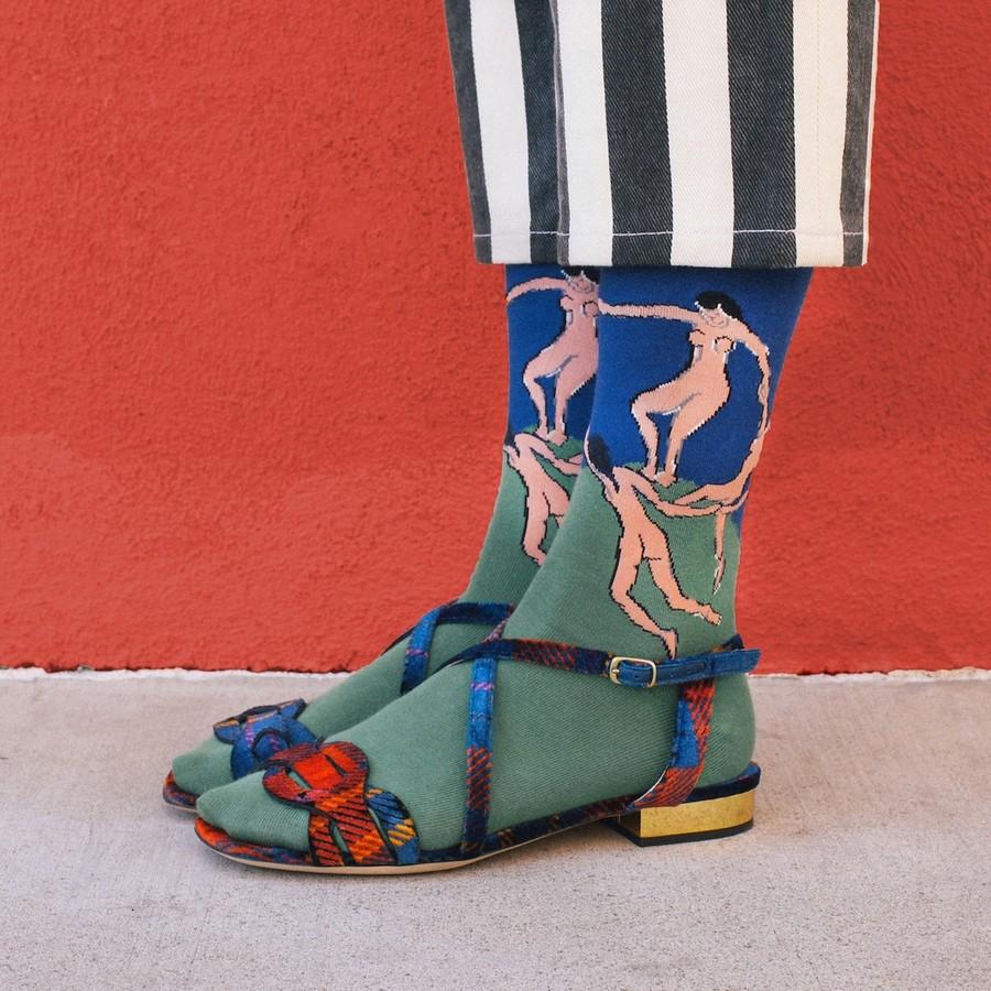 3. «The Dance» by Henri Matisse («Танец» Анри Матисса). Материалом для изготовления необычных носков