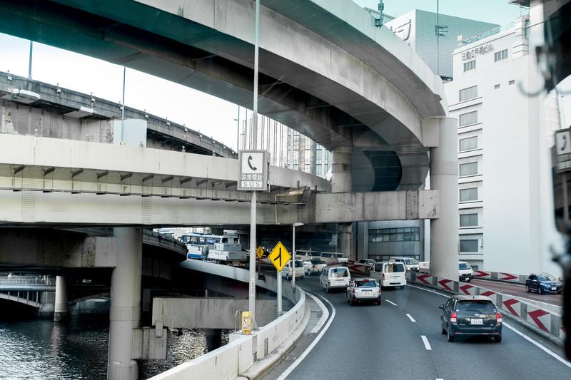 В Токио дороги расположены на пяти уровнях, притом пятый находится на высоте 30 метров. Самые скорос
