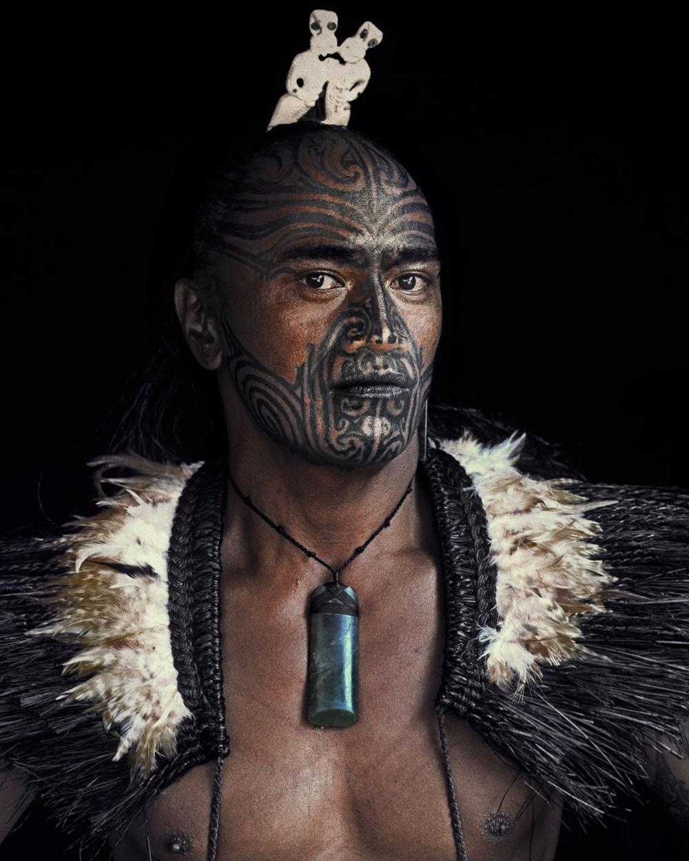 Военный танец хака— одна изсамых известных традиций маори. Эти странные для европейцев танцы сопро