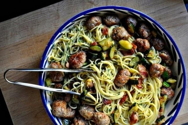 Ингредиенты: 500г свиного фарша 1репчатый лук 4слайса бекона 500г спагетти 4яичных желтка 2цук