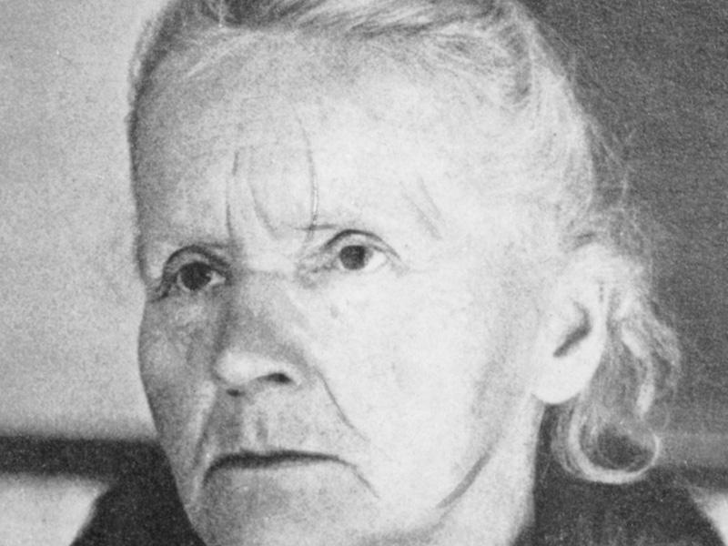 Мария Кюри получила две Нобелевские премии — по химии и физике за исследование радиоактивности матер