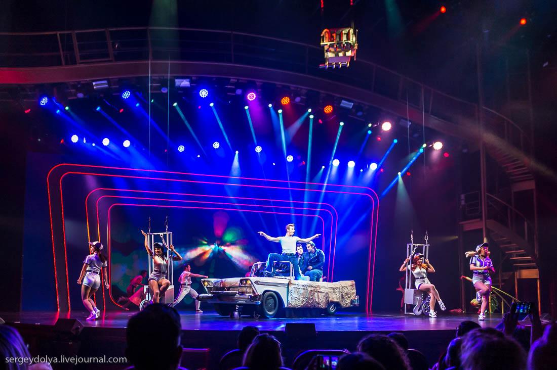 В театре – бродвейская постановка «Бриолин». Одноименный фильм, снятый по этому мьюзиклу, сделал Тра