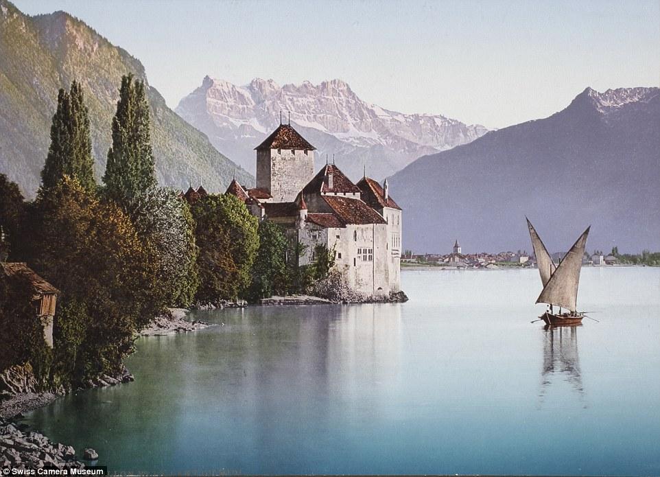 Замок Шийон на Женевском озере и вид на гору Дан-дю-Миди, Швейцария.