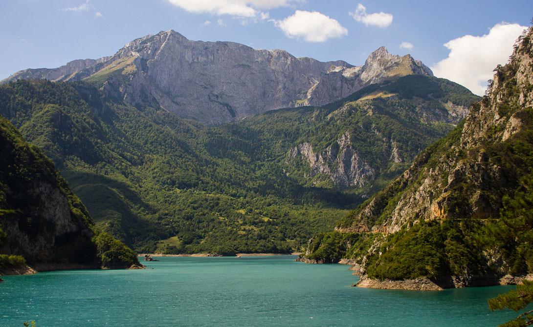 Реки, каньоны и величественные горные вершины, которые поднимаются под острым углом и создают поисти