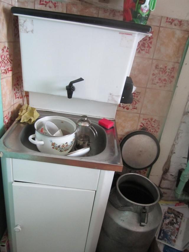 14. Пока топится печь, приступаю к мытью посуды. Процесс в этих условиях неспешный, а куда спешить?