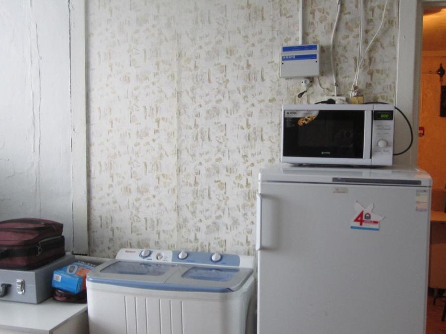 19. Еще вдоль этой стенки стоит бытовая техника: стиральная машина, холодильник и микроволновка. Сти