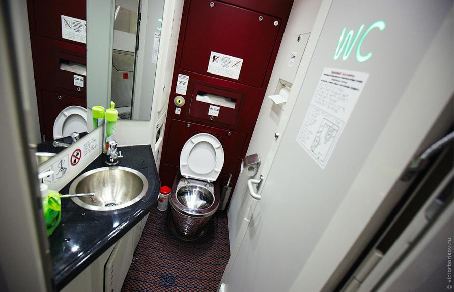 12. Туалет, которым можно пользоваться в любое время. В каждом вагоне их два. На двери — двухцветный