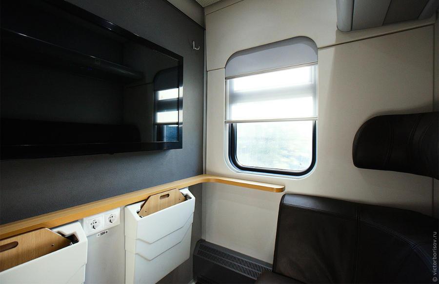 13. Также в вагоне первого класса есть отдельное двухместное сидячее купе с большим телевизором.