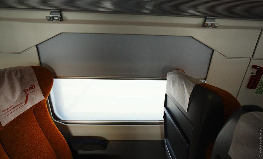 22. На всех окнах двойные шторки. Одна для частичного поглощения света, другая — для полного.