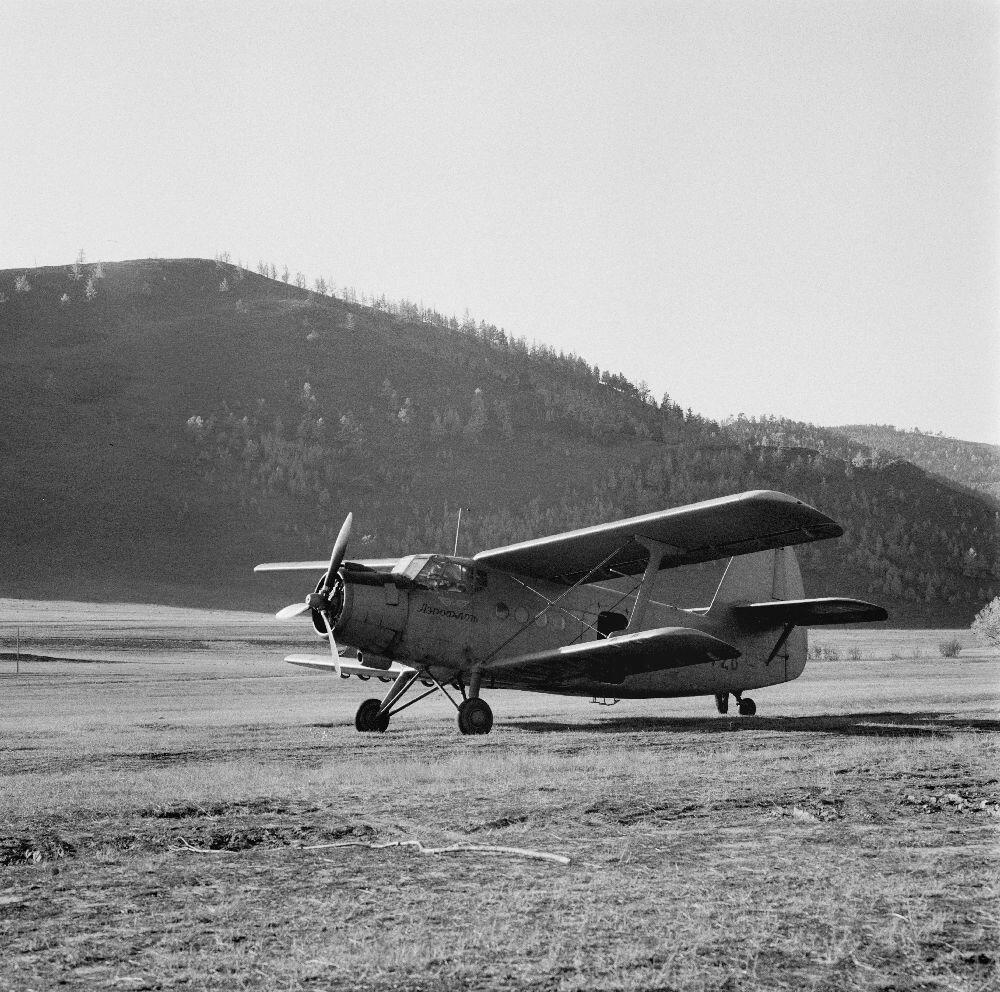 Самолет возле озера Байкал
