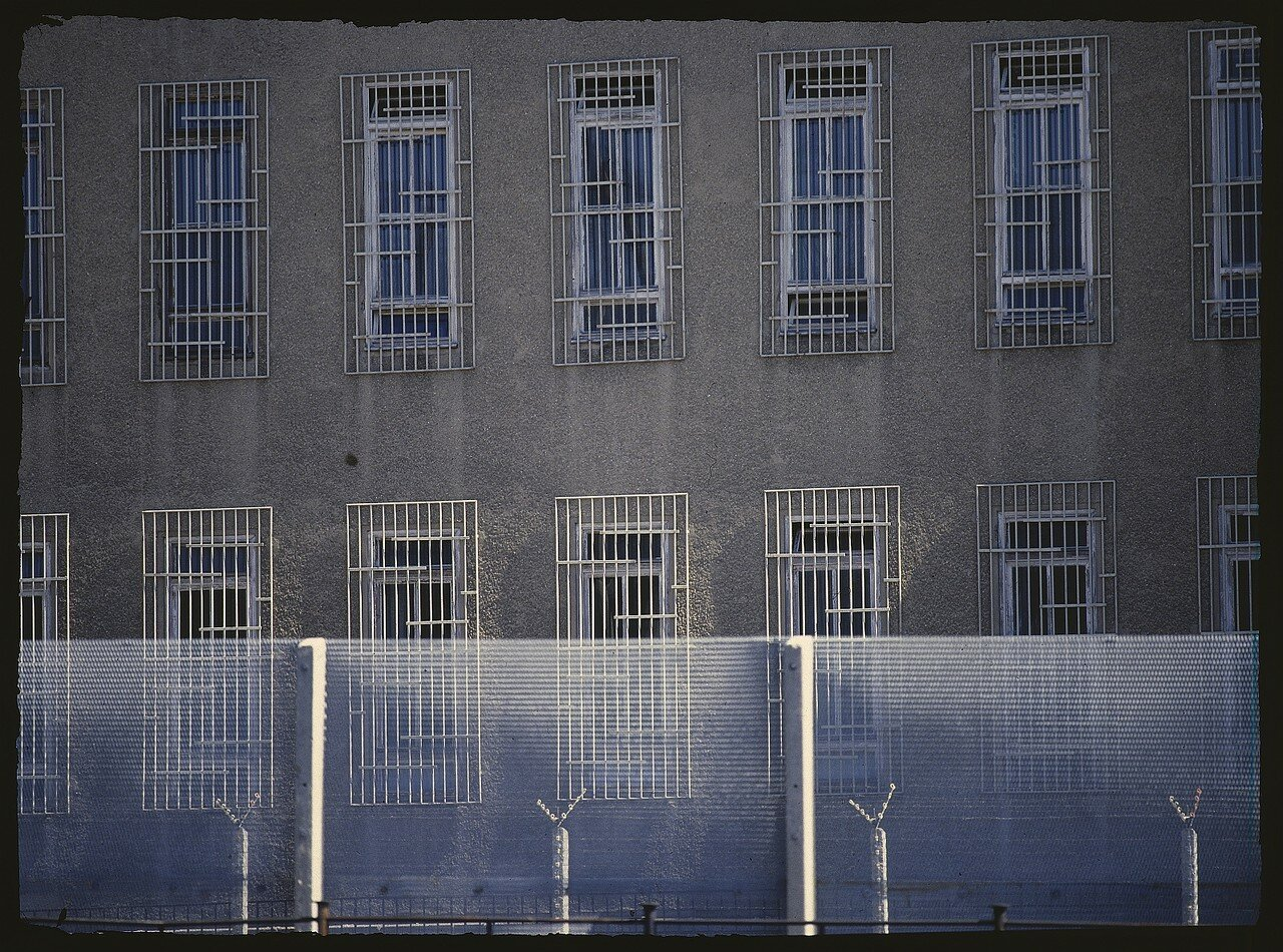 Восточный Берлин. Офисное здание с зарешеченными окнами на границе по Инвалиденштрассе