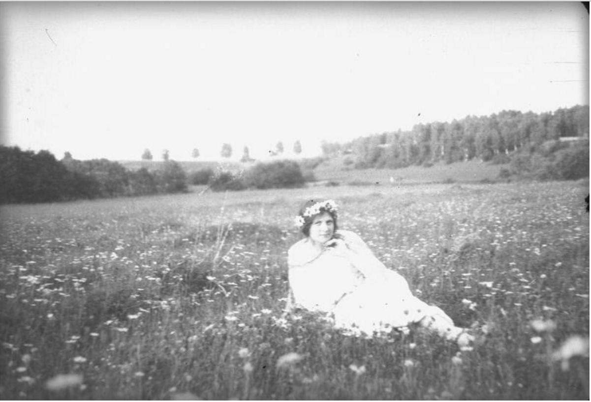 Женщина в венке из ромашек