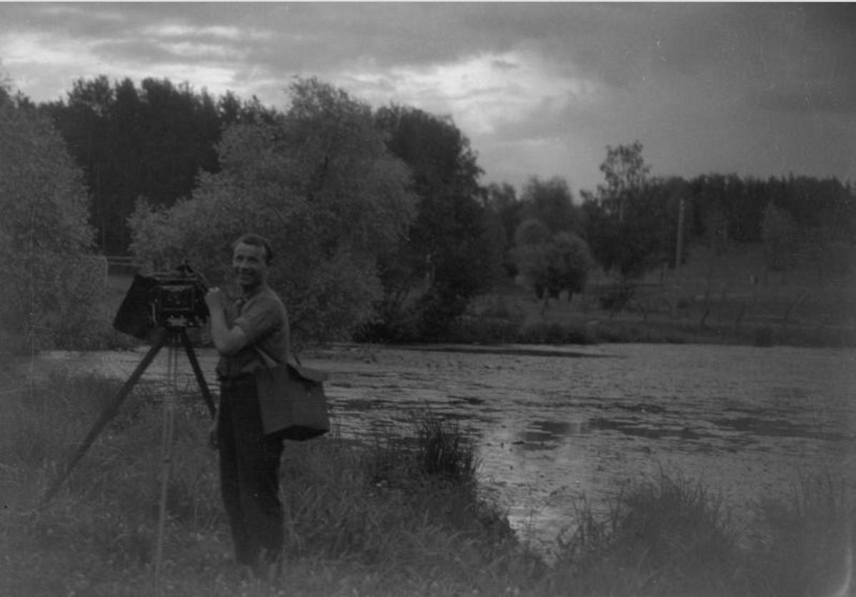 Фотограф у реки