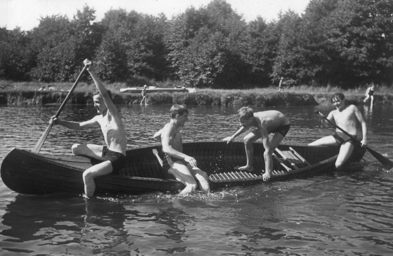 Окрестности Гамбурга. Молодежь проводит свое свободное время на каноэ на  Альстере